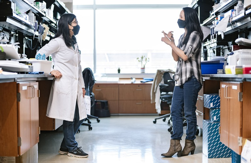 Grace Xie and Nadia Roan in the lab at Gladstone Institutes