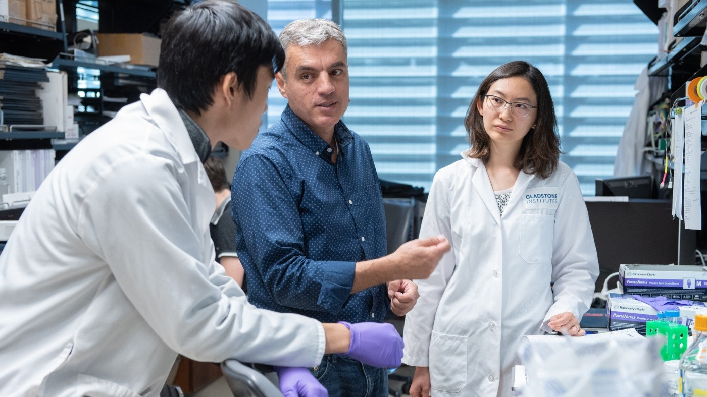 Jorge Palop talking to two trainees in the lab